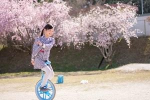 一輪車に乗る女の子.jpg